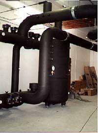 Armaflex-Isolierung an Kühlwasserleitungen, Behältern und Armaturen